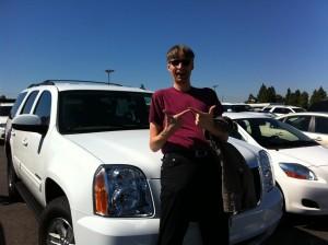 Michael vor einem SUV