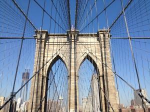 Die Brooklyn Bridge bei schönstem New Yorker Wetter.