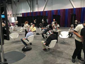 Irgendwie wirken sie doch wie Zombies, wenn sie da mit ihren VR-Brillen sitzen.