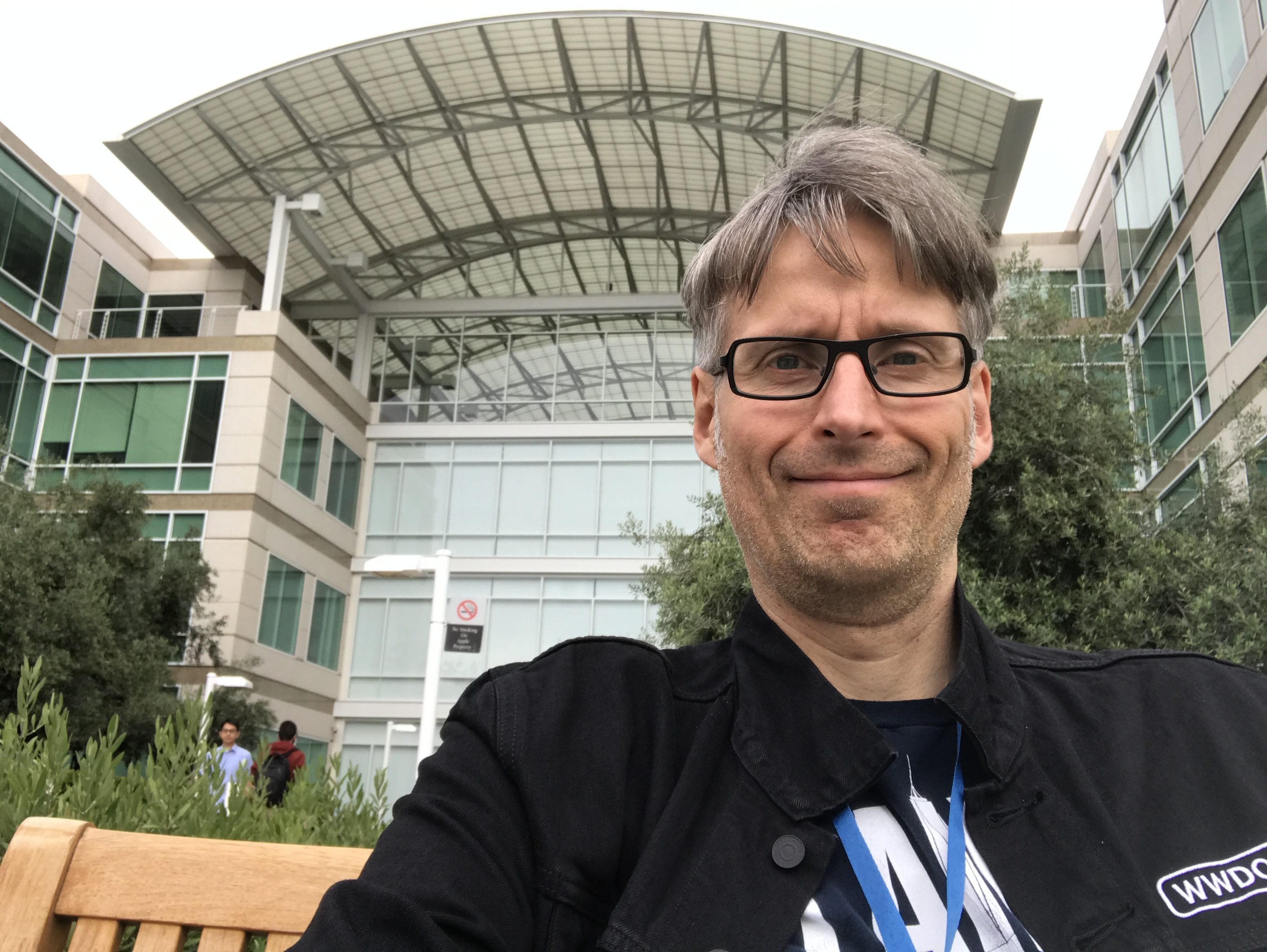 Michi der alte Fanboy vor dem Apple Campus in Cupertino.