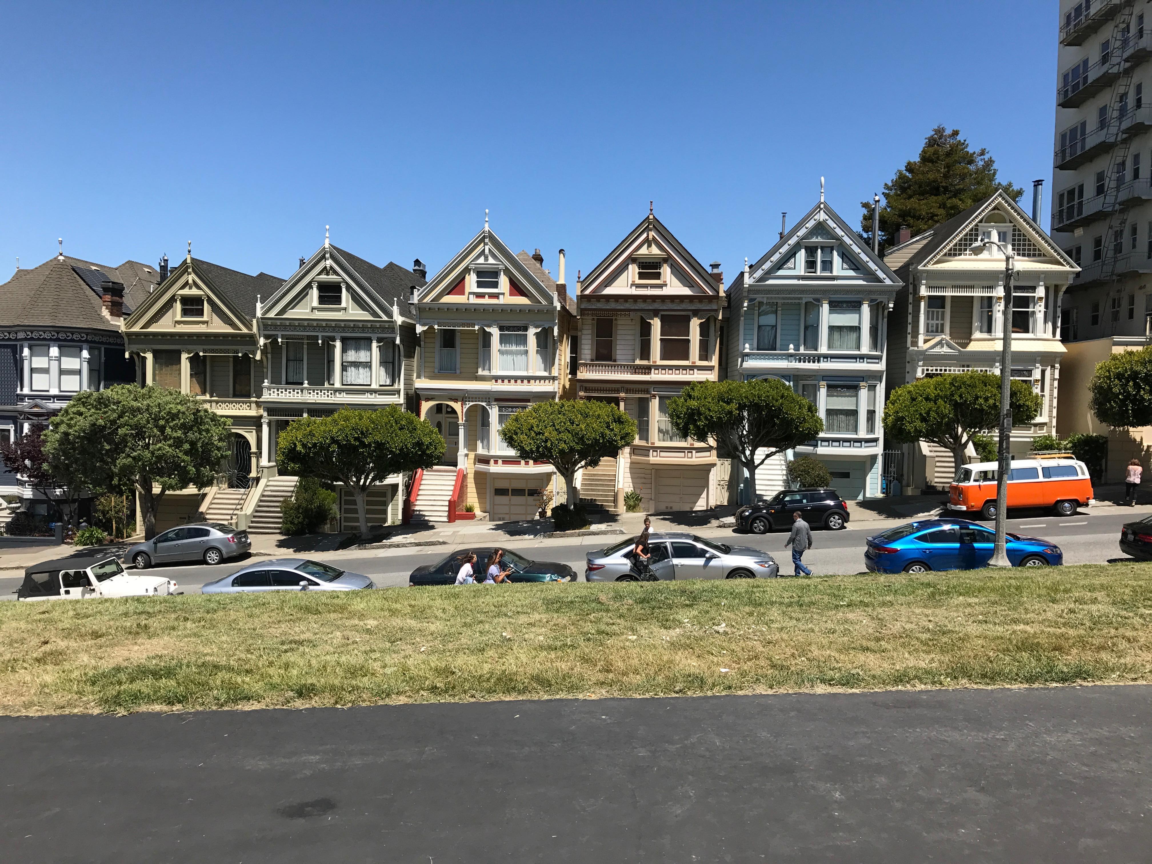 Sechs fast gleiche Häuser: Die painted Ladies.