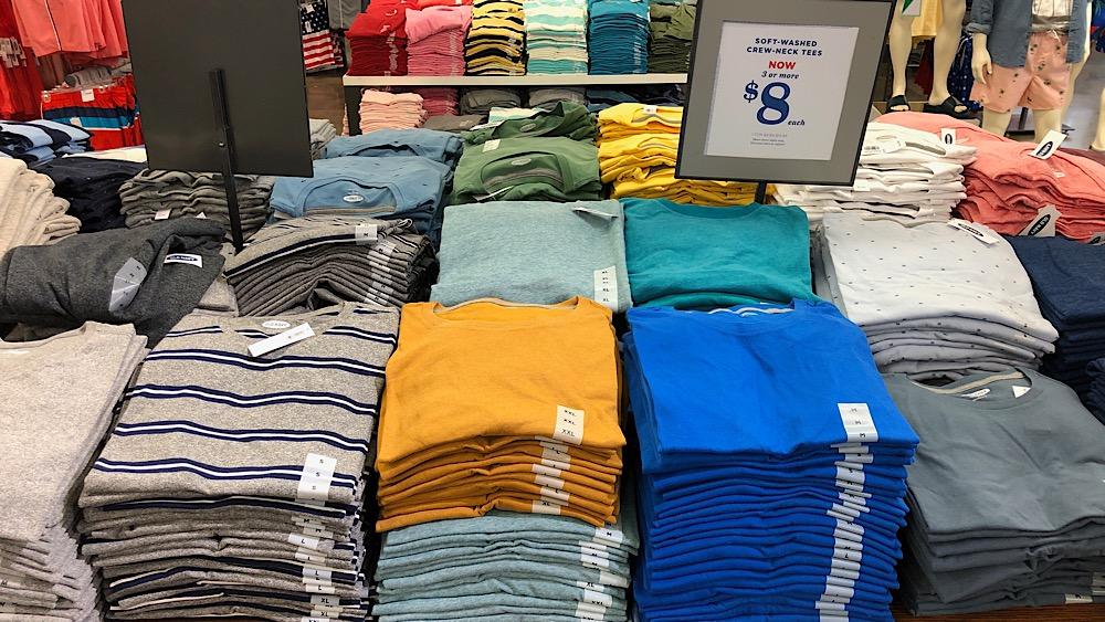 Ein Stapel T-Shirts als Ersatz für meinen fehlenden Koffer